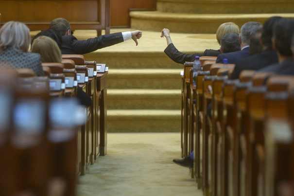Modificarea Regulamentului Camerei, adoptată în ciuda criticilor vehemente ale opoziţiei/ PNL şi USR au încercat să împiedice şedinţa de plen.