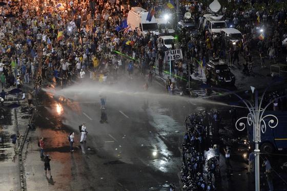 Primele rețineri pentru violențele de la mitingul de vineri din Piața Victoriei